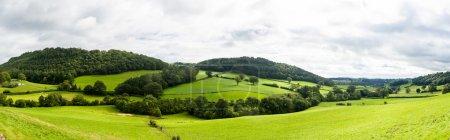 Photo pour Large panorama de la campagne au pays de Galles du Nord, avec un champ vert au premier plan - image libre de droit