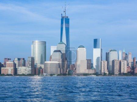 Photo pour Skyline du bas Manhattan de New York à partir de Exchange Place au crépuscule avec World Trade Center à pleine hauteur de 1776 pieds Mai 2013 - image libre de droit