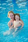 žena a dítě v resort bazén