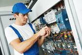 Felnőtt villanyszerelő mérnök munkavállaló