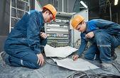 Két villanyszerelő munkavállalók
