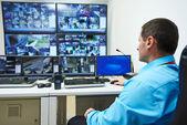 Biztonsági kamerás megfigyeléssel