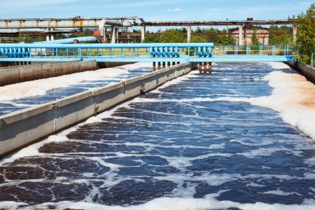 Photo pour Réservoir de traitement des eaux usées avec procédé d'aération - image libre de droit