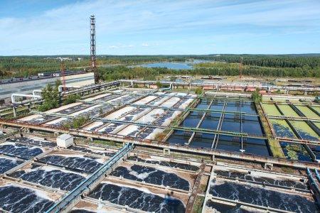 Photo pour Usine de traitement des eaux industrielles dans les forêts à feuilles persistantes - image libre de droit