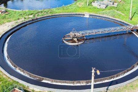 Photo pour Primaire autour du bassin de décantation des eaux usées qui coule à travers de grands réservoirs - image libre de droit
