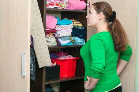 La mujer y el armario