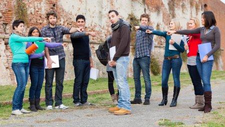 Foto de Estudiante obtener mafiosos por el grupo - Imagen libre de derechos