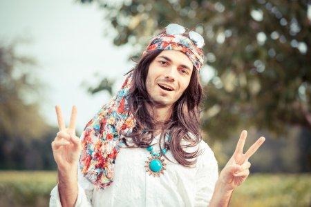 Photo pour Signe de paix hippie portrait montrant - image libre de droit