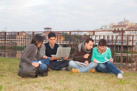 Photo pour Groupe multiethnique d'étudiants collégiaux - image libre de droit