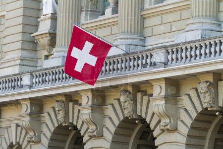 Photo pour Bundeshaus façade avec drapeau suisse à Berne, Suisse - image libre de droit