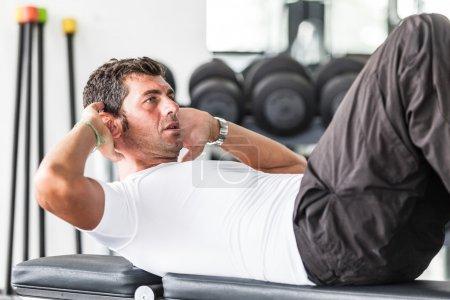 Photo pour Homme faisant des exercices pour l'abdomen - image libre de droit