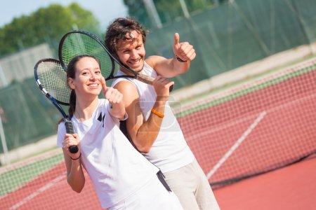 Photo pour Deux joueurs de tennis heureux avec les pouces vers le haut - image libre de droit
