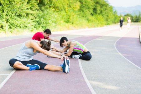 Photo pour Groupe de personnes faisant des exercices d'étirement - image libre de droit