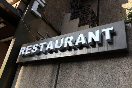 Photo pour C'est signe de restaurant à Tbilissi, Géorgie - image libre de droit