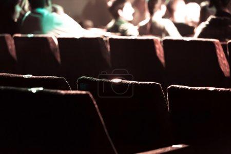 cine con asientos rojos