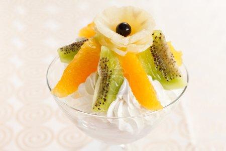 Photo pour Dessert aux fruits - image libre de droit