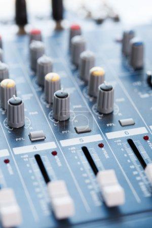 Photo pour Music Studio Mixer Console gros plan - image libre de droit