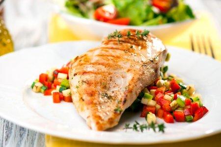 Photo pour Poitrine de poulet grillée avec légumes et salades en arrière-plan - image libre de droit