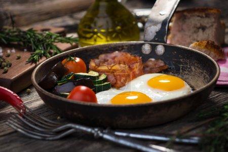 Photo pour Bacon, œufs et légumes - image libre de droit