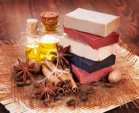 Photo pour Savon artisanal, huile en bouteille anis et cannelle sur la table - image libre de droit