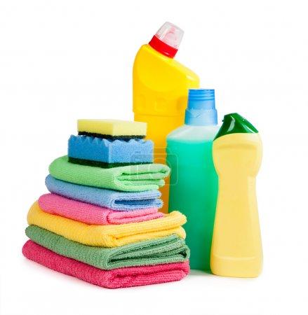 Photo pour Bouteilles de produits chimiques, éponges pour laver la vaisselle et serviettes pour la propreté isolées sur fond blanc - image libre de droit