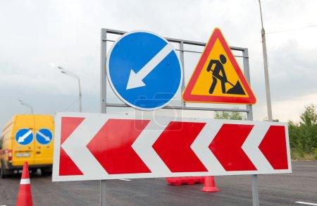 Foto de Cierre de signos de obras de mejoramiento vial en una carretera - Imagen libre de derechos