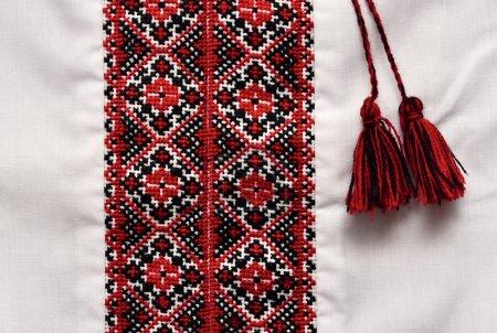 Photo pour Chemise artisanale traditionnelle ukrainienne avec motif ornemental - image libre de droit