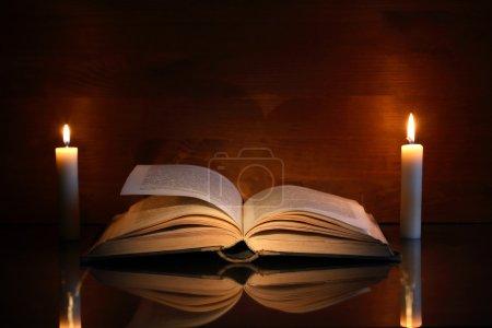 Buch und Kerzen