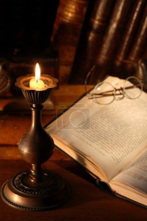 Bücher und Kerzen