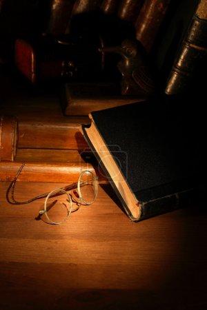 alte Bücher und Brillen