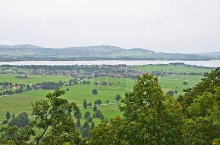 Photo pour Voir le château de neuschwanstein de fenêtre, au jour de pluie - image libre de droit
