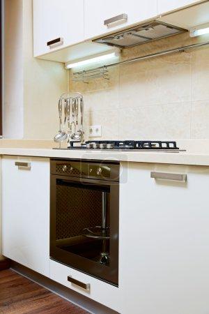 Photo pour Partie de l'intérieur moderne cuisine avec cuisinière à gaz - image libre de droit