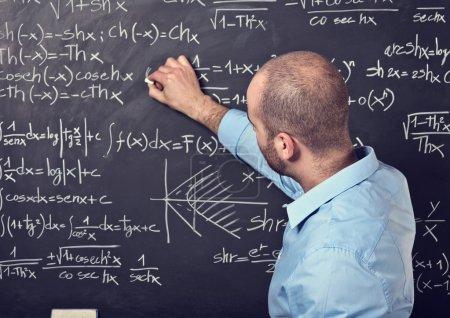 Photo pour Portrait de l'enseignant de sexe masculin au travail - image libre de droit