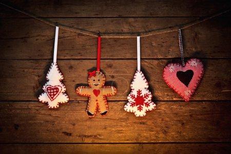 Photo pour Décoration de Noël accroché à la corde - image libre de droit