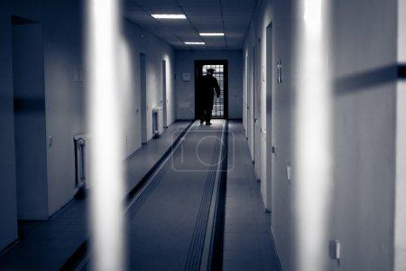 Photo pour Prison de corridor. photo a été prise dans une tonalité sombre, mettre l'accent sur la désolation de l'environnement - image libre de droit