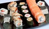 Sushi na černém plátu