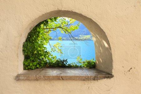 Photo pour Vue sur le lac Wolfgangsee dans la fenêtre, Autriche. jour d'été - image libre de droit