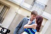 Nádherný romantický pár mluvit a objímání na ulici