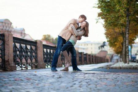 Photo pour Couple romantique étreindre dans une rue - image libre de droit