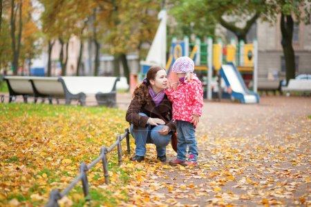 Photo pour Mère et fille ensemble à l'aire de jeux - image libre de droit