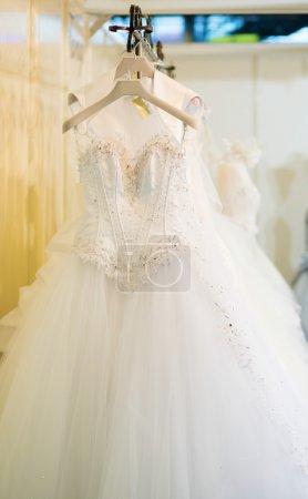Photo pour Collection de robes de mariée dans la boutique - image libre de droit