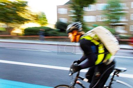 Photo pour Courrier dans la rue de Londres dans la matinée . - image libre de droit