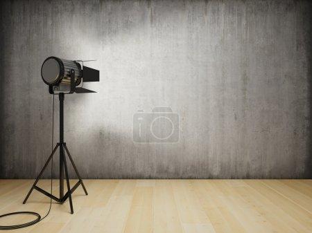 Photo pour La lumière du studio illumine l'intérieur avec un mur en béton - image libre de droit
