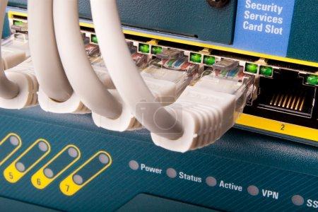Photo pour Commutateur réseau et câbles de raccordement - image libre de droit