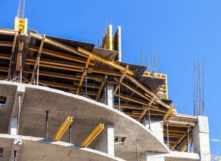 Photo pour Grand bâtiment en construction contre un ciel bleu - image libre de droit
