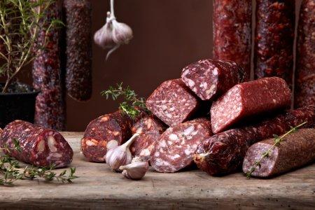 Photo pour Diverses saucisses au salami - image libre de droit