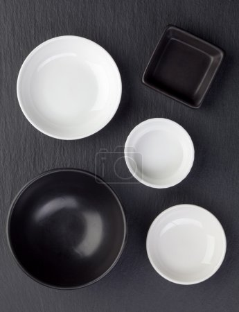 empty black and white bowls