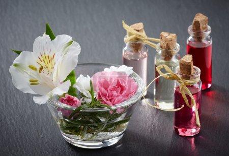 Photo pour Bouteilles d'huiles essentielles spa aromathérapie - image libre de droit