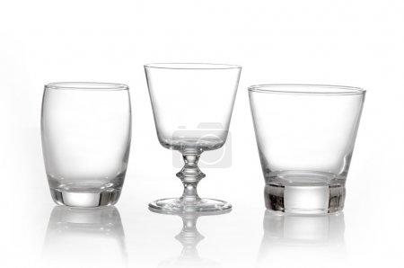 Photo pour Divers verres à jus sur fond blanc - image libre de droit