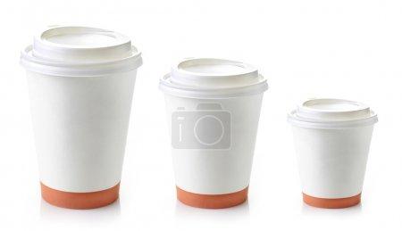 Photo pour Trois tasses à café à emporter en papier sur fond blanc - image libre de droit